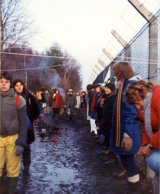 Embracing_the_base,_Greenham_Common_December_1982_-_geograph.org.uk_-_759090